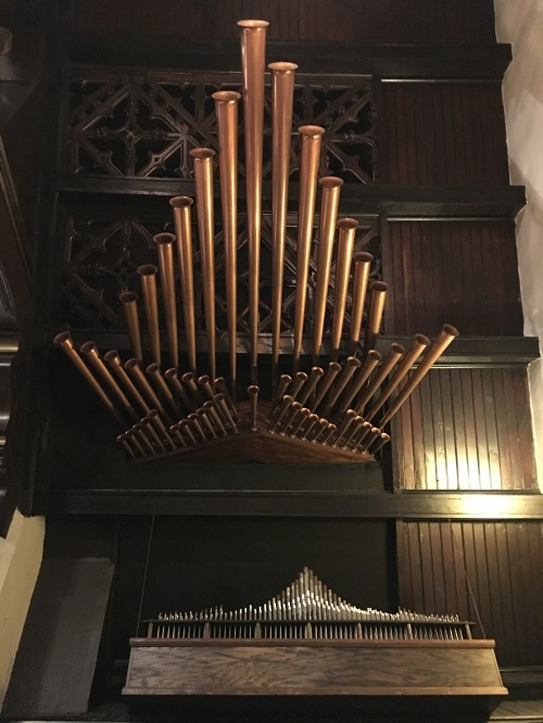 I'd never seen this sort of configuration, with pipes for trumpets and horns projecting horizontally out of a side alcove.